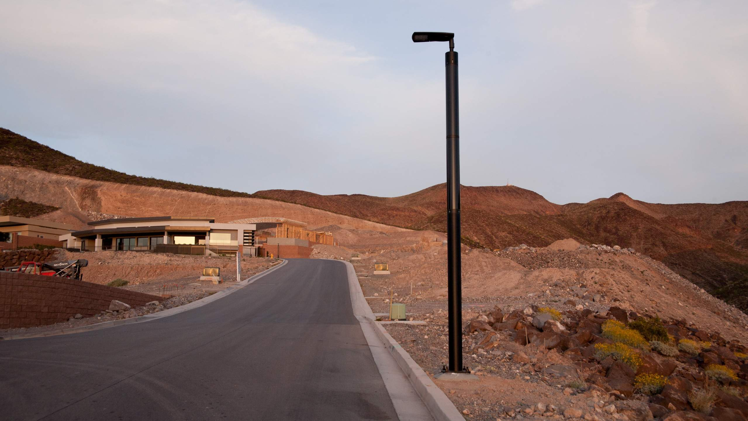 Solar light post Soluxio on mountainside