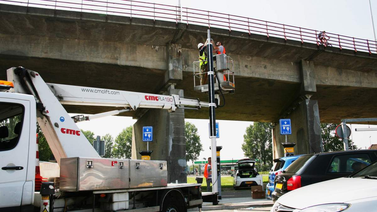 Soluxio solar parking lot lights at Dordrecht during installation