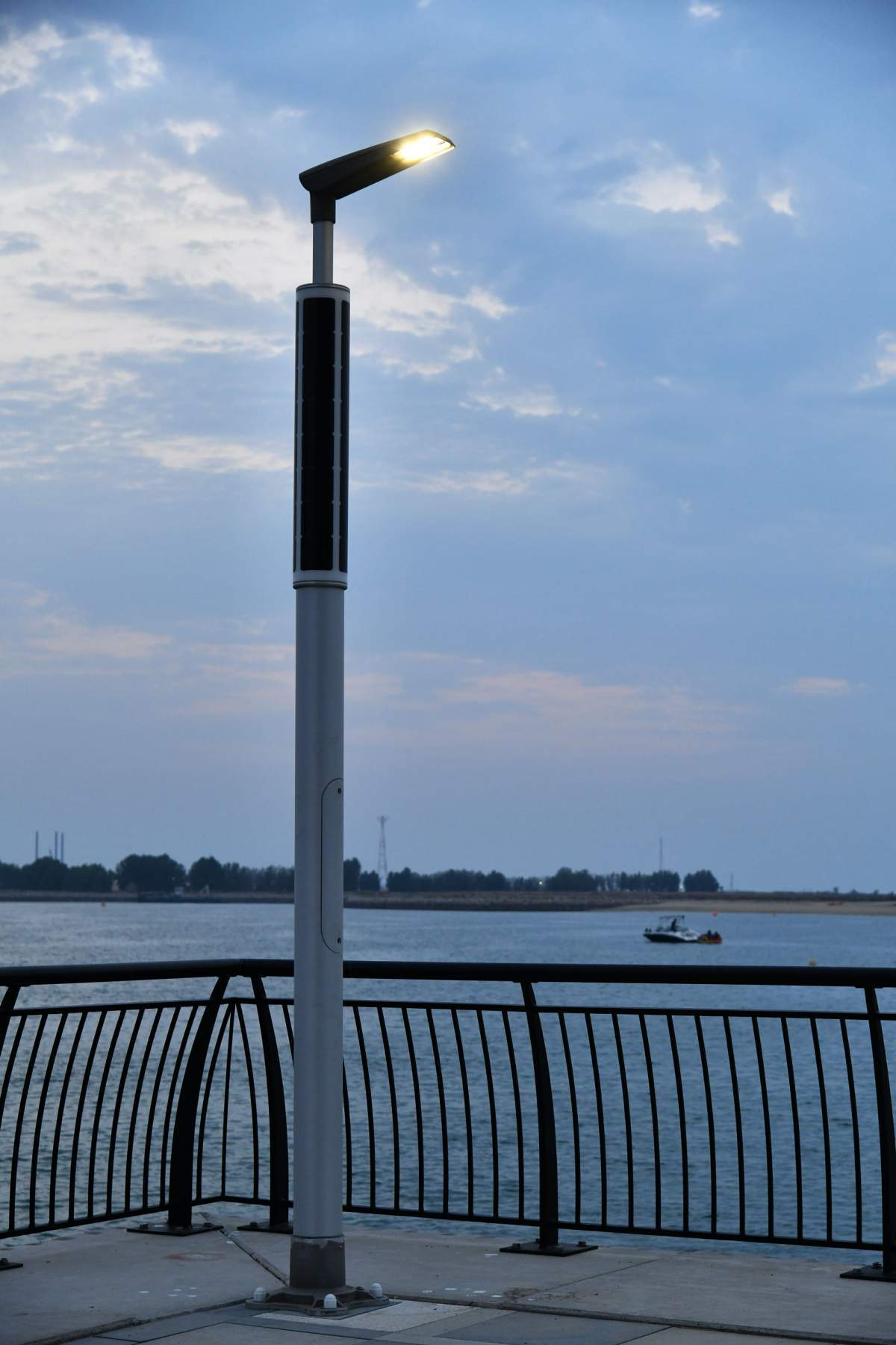 Soluxio solar light pole at boulevard