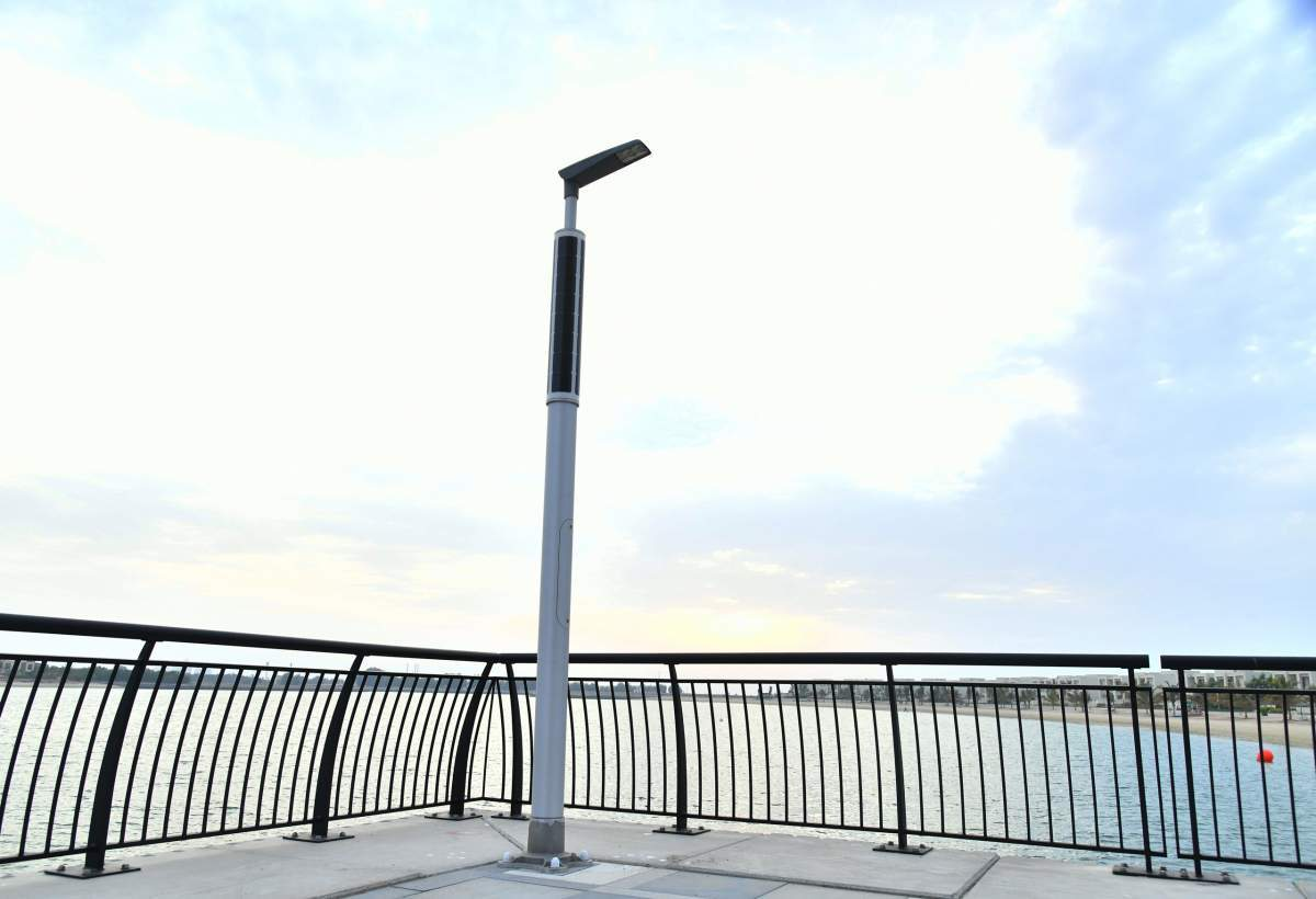 Solar-powered boulevard lighting