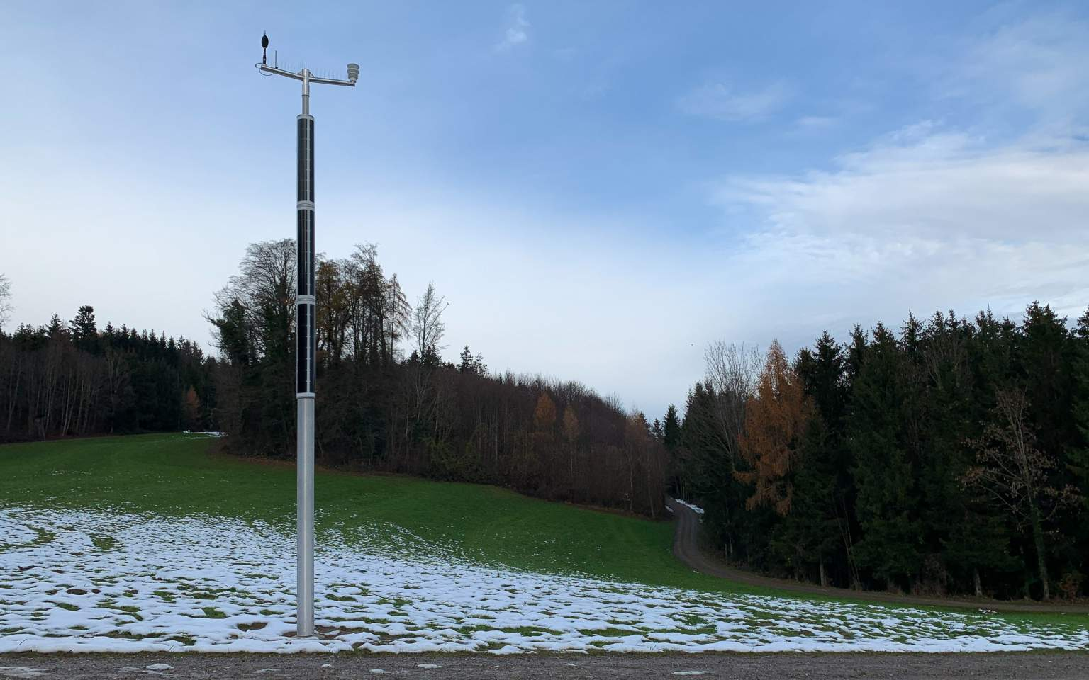 Soluxio smart pole for monitoring air traffic